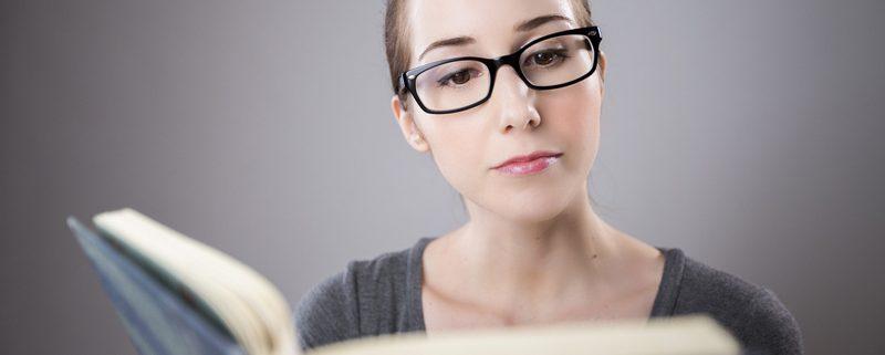 Estudiante de formación a distancia leyendo un libro